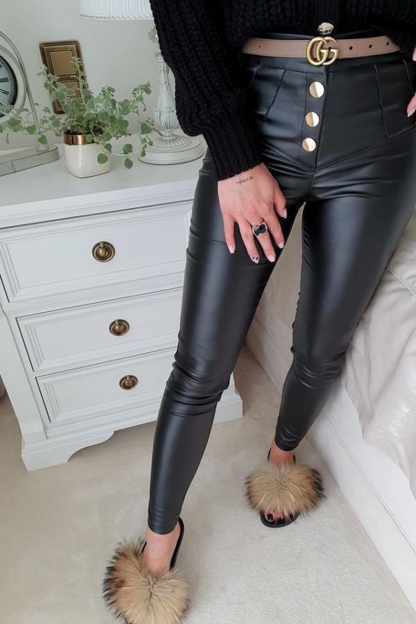 czarne spodnie woskowane z guzikami