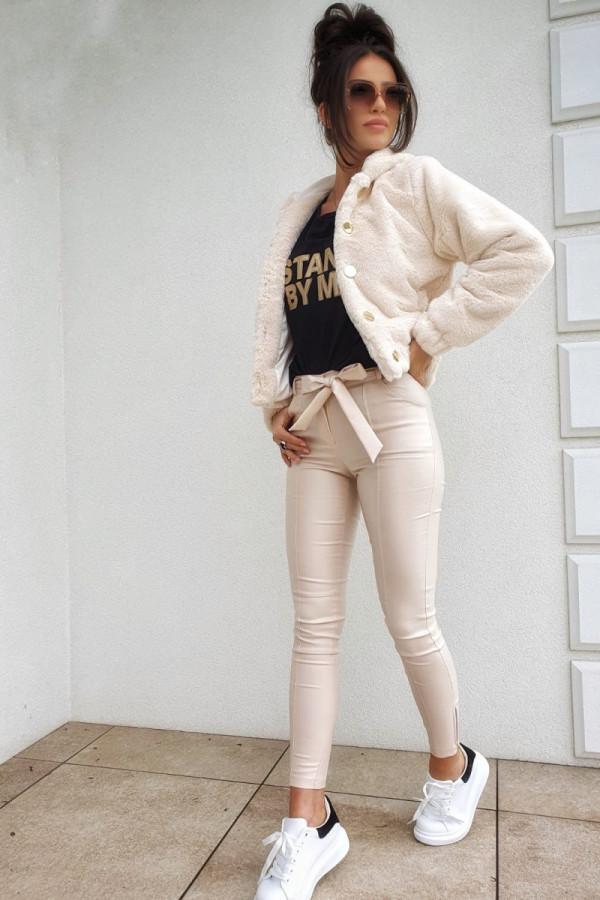 Białe futerko z guzikami