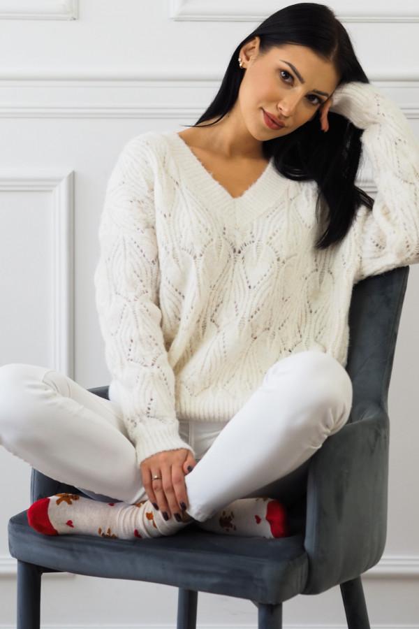 Biały sweter w jodełkę