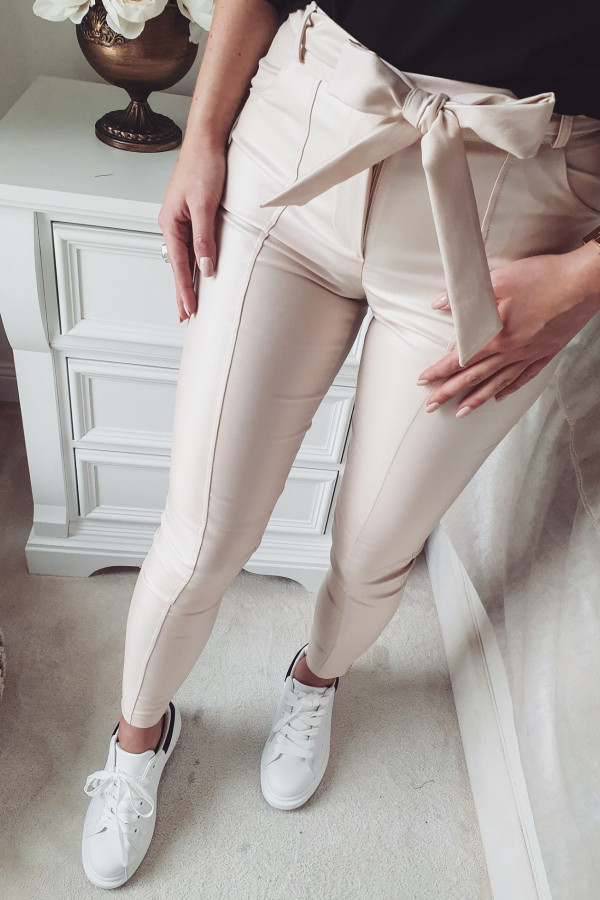 woskowane beżowe spodnie z wiązaniem