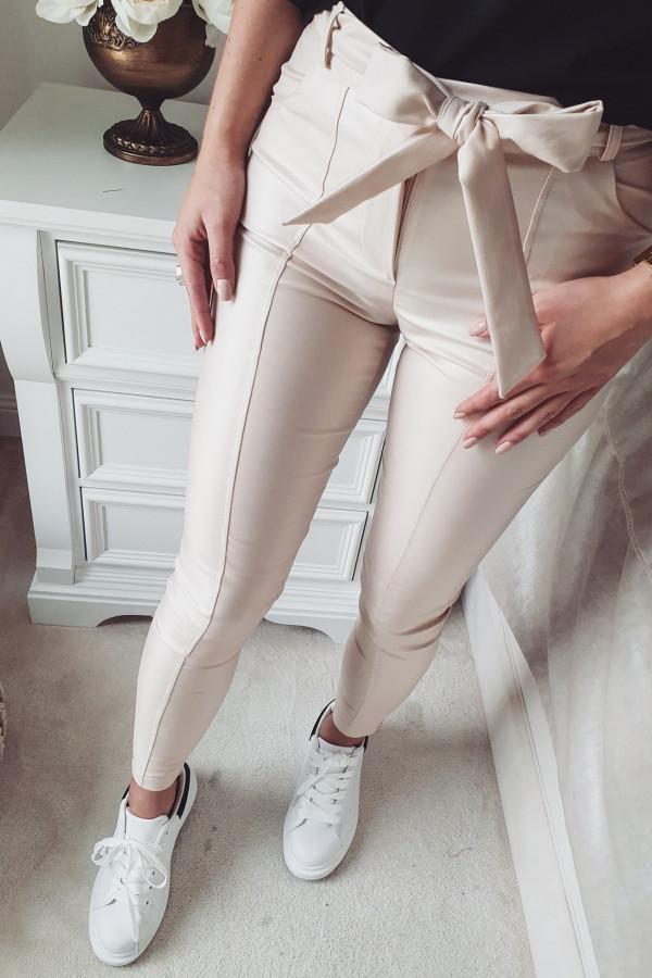 woskowane beżowe spodnie z wiązaniem 3