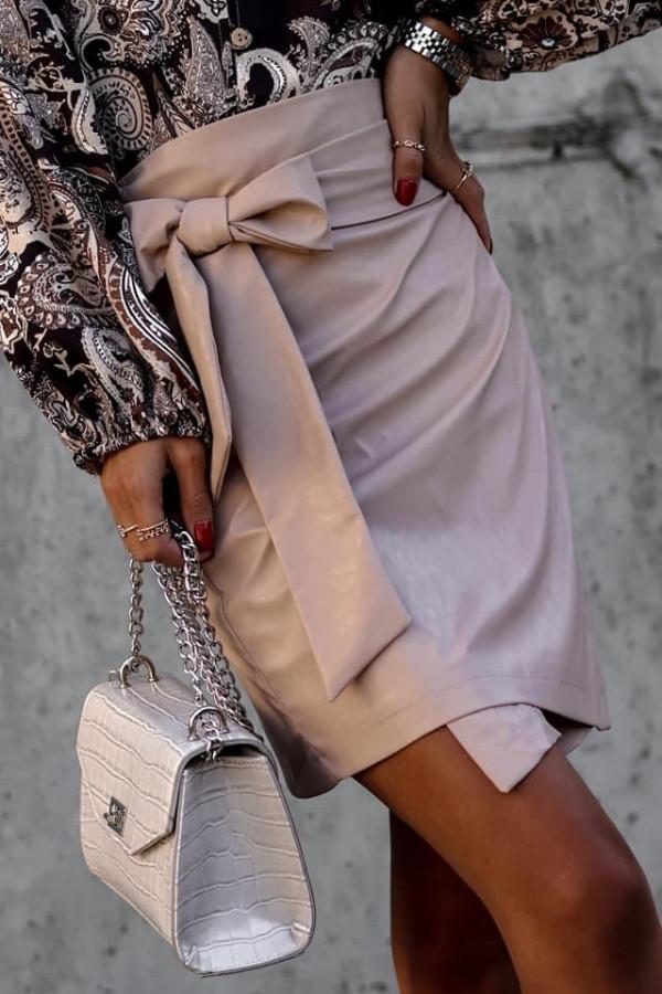 Skórzana spódniczka wiązana na kokardkę